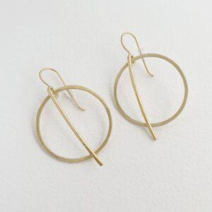 kam around M earrings gold